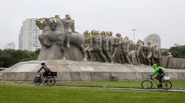 (170426) -- SAO PAULO, abril 26, 2017 (Xinhua) -- Vista de las estatuas del Monumento a las Bandeiras, una escultura a gran escala del escultor italiano, Victor Brecheret, adornadas con protectores auditivos la víspera de la celebración del Día Internacional de Concienciación sobre el Ruido, a la entrada del Parque de Ibirapuera en Sao Paulo, Brasil, el 26 de abril de 2017. El Día Internacional de Concienciación sobre el Ruido que se celebra anualmente el 27 de abril fue creado por el Centro de Audición y Comunicación (CHC, por sus siglas en inglés) en 1996 para animar a las personas a combatir la contaminación acústica. (Xinhua/Rahel Patrasso) (rp) (jg) (ah)